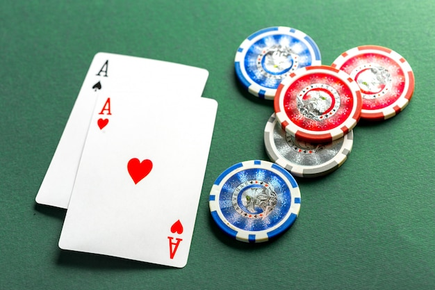Cartas y fichas para póker en mesa verde