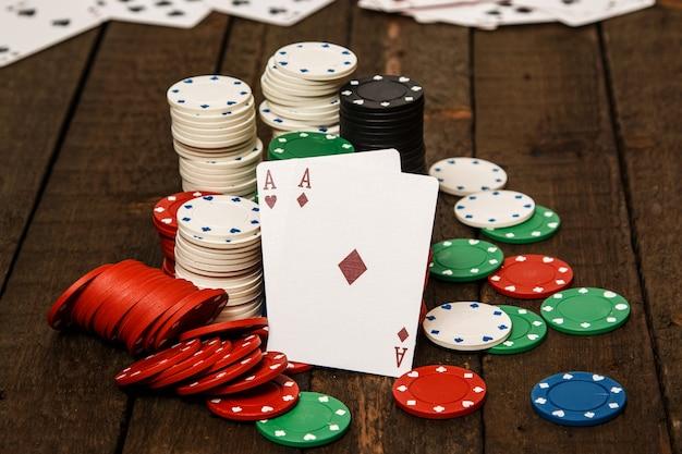 Cartas de póquer y fichas