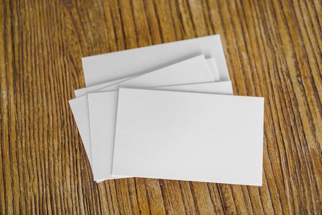 Cartas sobre una mesa de madera