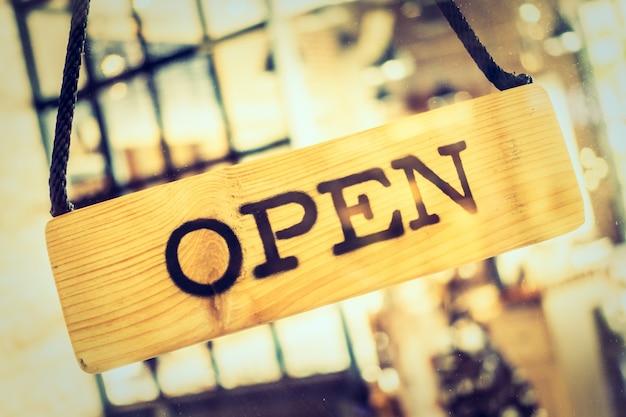 Cartel de abierto de un restaurante