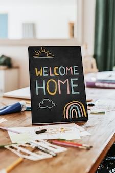 Cartel de bienvenida a casa en mesa de madera
