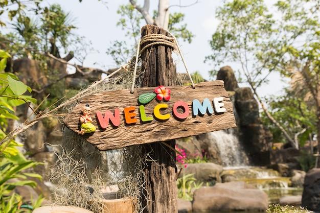 Cartel de bienvenida en la madera