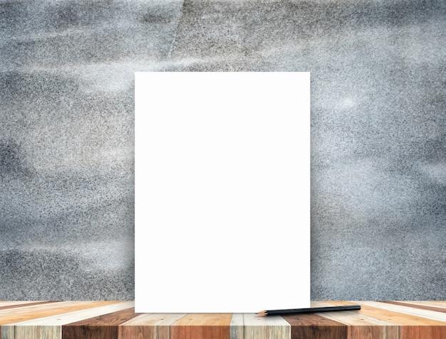 Cartel blanco en blanco apoyado en la mesa de madera tropical con pared de piedra oscura