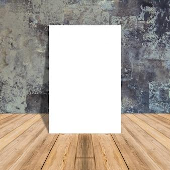Cartel en blanco blanco en pared de concreto y sala de piso de madera tropical, maqueta de plantilla para su contenido.