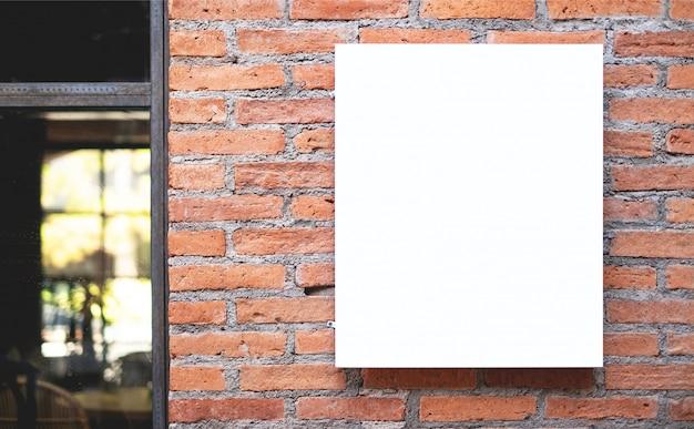 Cartel blanco en blanco que se muestra en la pared, en la parte delantera del restaurante.