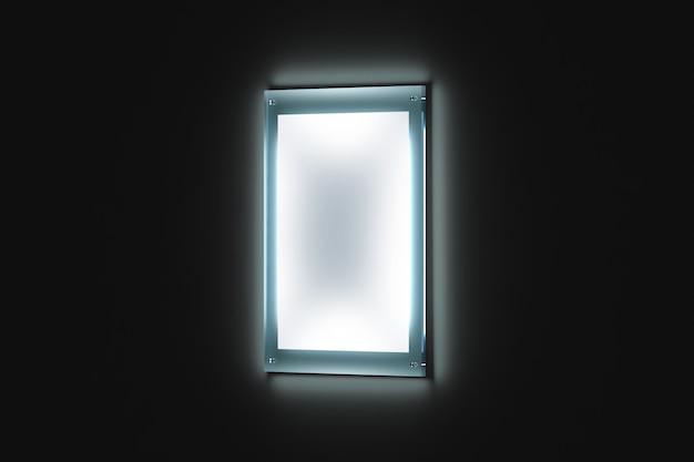 Cartel blanco en blanco, soporte de cristal iluminado
