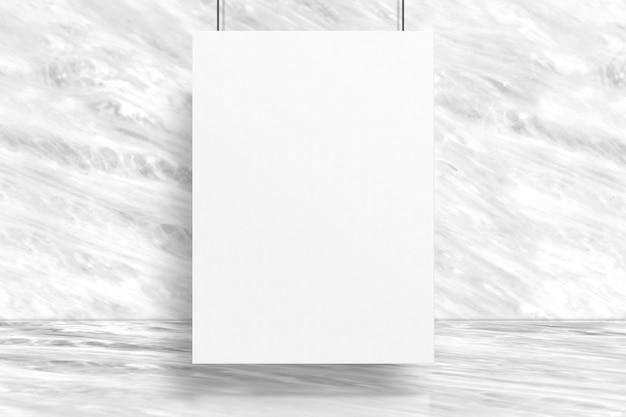 Cartel en blanco colgado en la sala de estudio con fondo de pared y piso de mármol