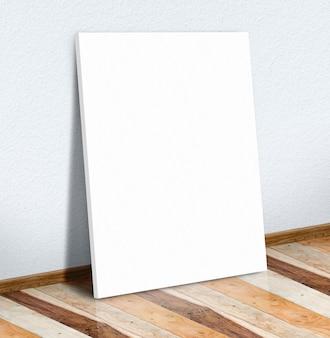 Cartel en blanco del libro blanco en la pared blanca y piso de madera