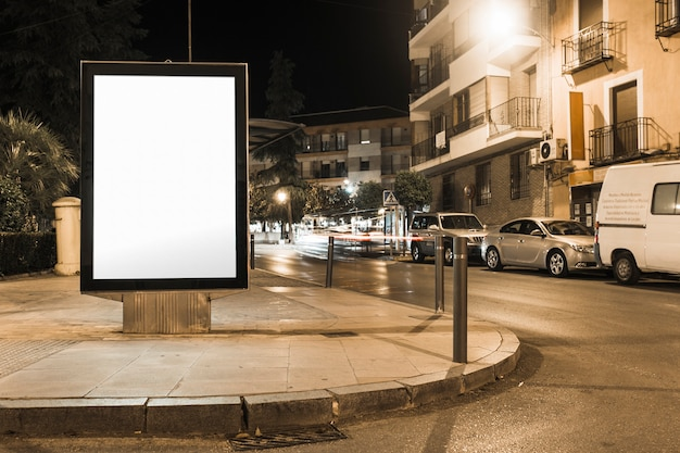 Cartel de la cartelera en blanco calle stand en la ciudad