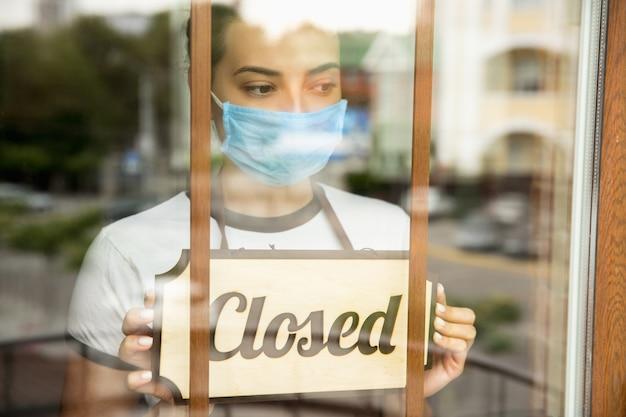 Cartel de cerrado en el cristal de la cafetería o restaurante de la calle