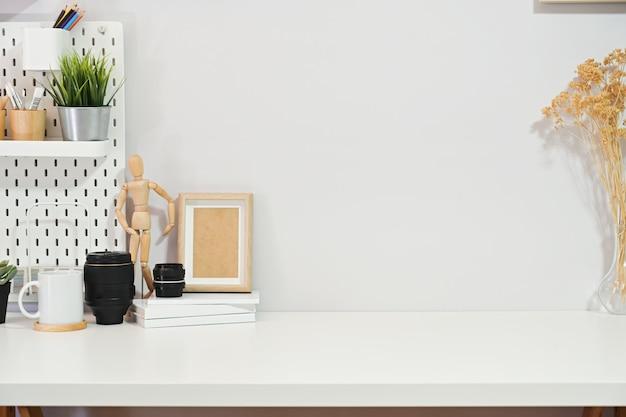 Cartel de espacio de trabajo con estilo minimalista, suministros de oficina en casa y espacio de copia