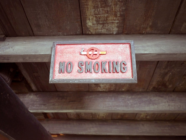 Cartel de madera no fumar