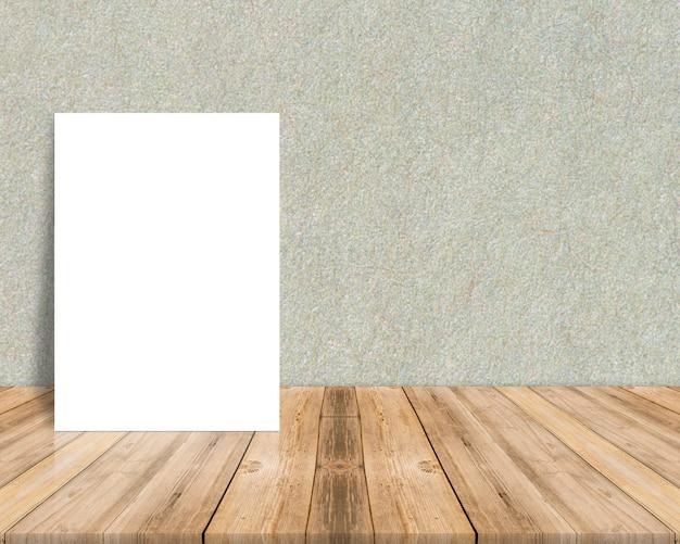Cartel de papel blanco en blanco en el piso de madera de tablones tropicales y pared de papel