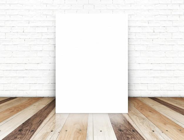 Cartel de papel en la pared de ladrillo blanco y piso de madera tropical, plantilla para su contenido