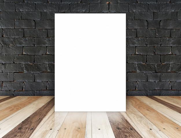Cartel de papel en la pared de ladrillo negro y piso de madera tropical, plantilla para su contenido