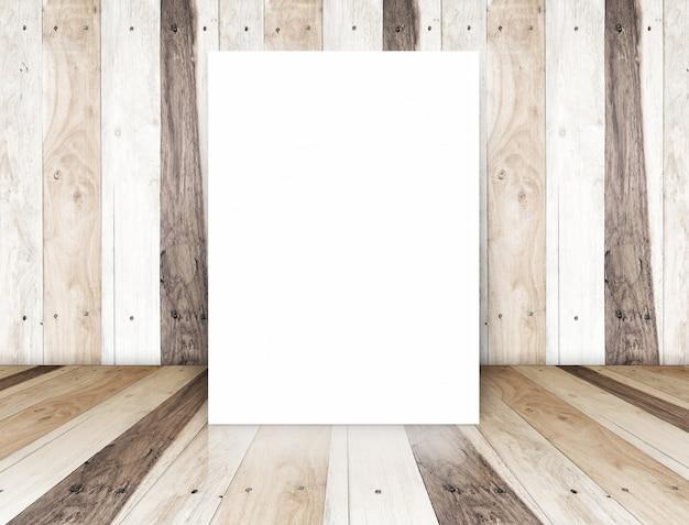 Cartel de papel en la sala de madera tropical, plantilla para su contenido
