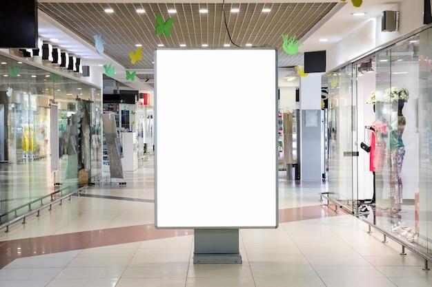 Cartel de publicidad en blanco maqueta dentro de centro comercial