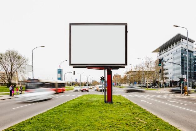 Cartel publicitario cartelera en blanco en carretera transitada