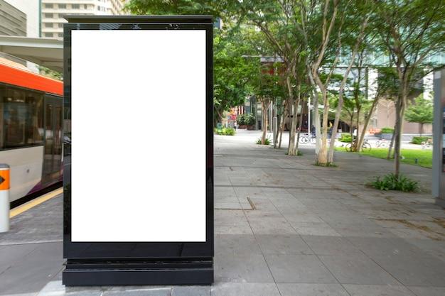 Cartel publicitario digital en blanco en la parada de autobús.
