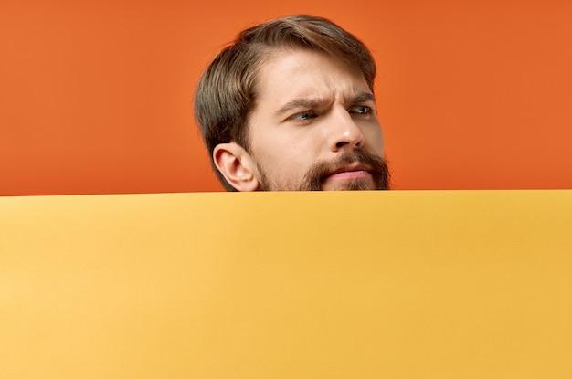 Cartel publicitario hombre de maqueta de cartel en el fondo fondo naranja espacio en blanco. foto de alta calidad