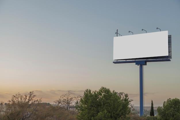 Un cartel publicitario vacío contra el cielo azul.