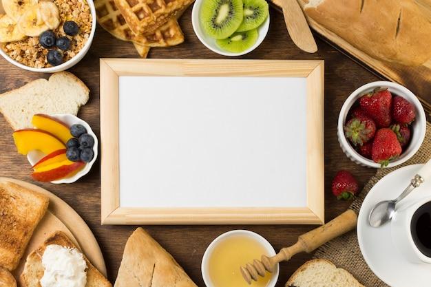 Cartel rodeado por desayuno