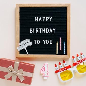 Cartel rodeado por elementos de cumpleaños