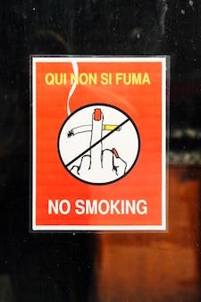 Cartel con símbolo y texto no fumar.
