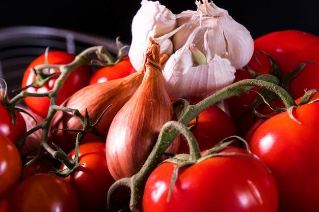 Cartel de una vieja canasta con cebolla, ajo y tomate para decorar la cocina