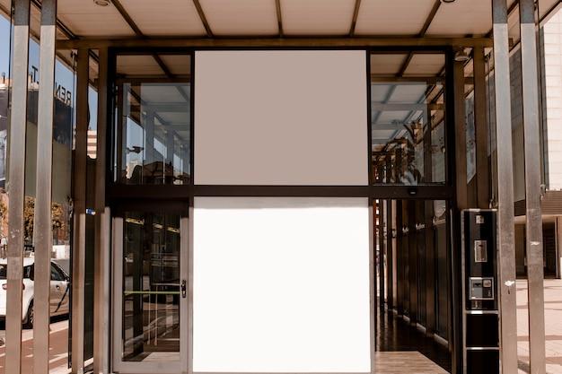 Cartelera blanca en blanco en la entrada del edificio corporativo.