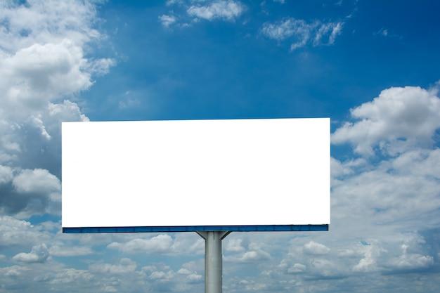 Cartelera en blanco y azul cielo