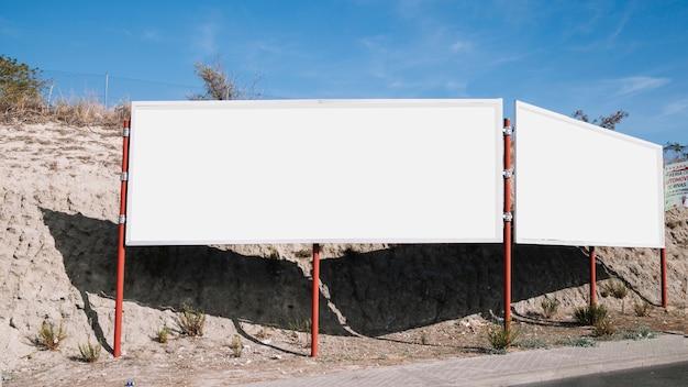 Cartelera en blanco blanco cerca de la carretera