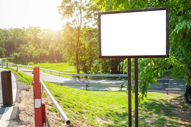 Cartelera en blanco blanco listo para el nuevo anuncio en la pista de jogging pista de camino en el parque