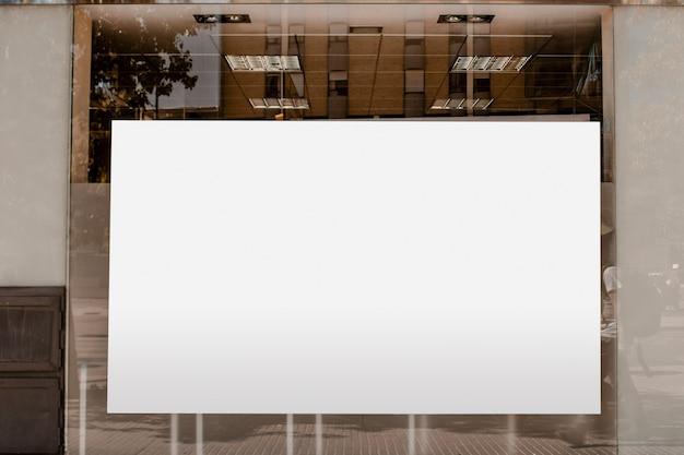Cartelera en blanco blanco para publicidad en vidrio transparente.