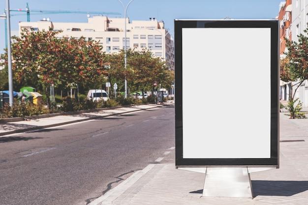 Cartelera en blanco en calle de la ciudad
