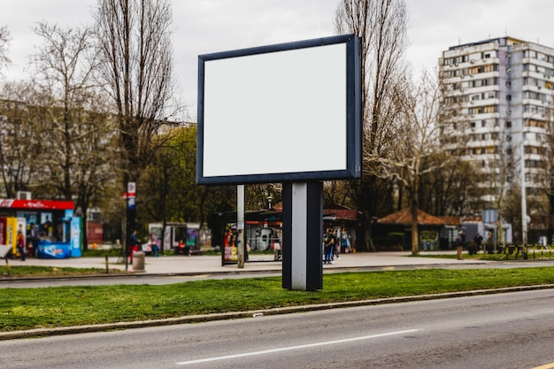 Cartelera en blanco en la calle de la ciudad