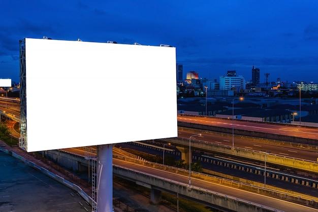 Cartelera en blanco para carteles publicitarios al aire libre