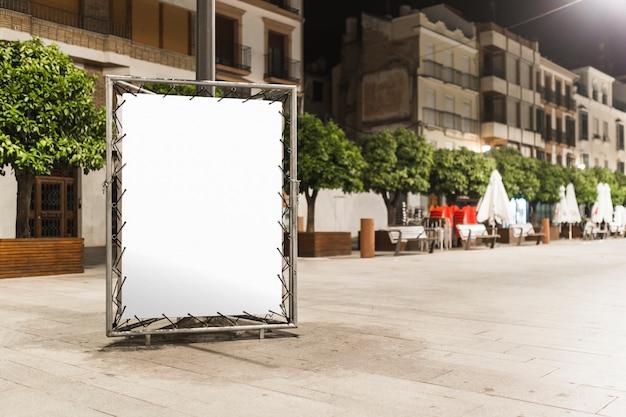 Cartelera en blanco con espacio de copia de mensaje de texto en la acera