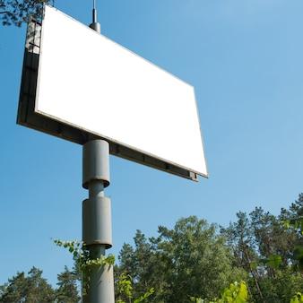 Cartelera en blanco con espacio vacío para publicidad aislado en blanco. composición cuadrada