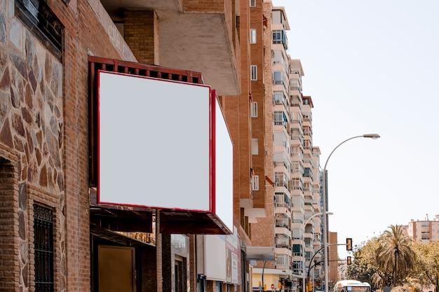 Cartelera en blanco fuera del edificio en la ciudad.