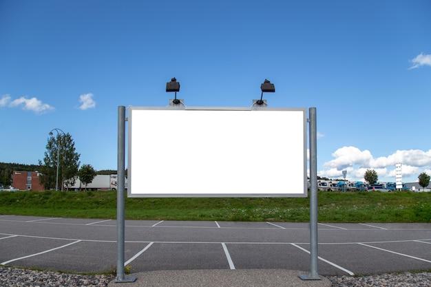 Cartelera en blanco imitan para arriba en la ciudad para el mensaje de texto o contenido.