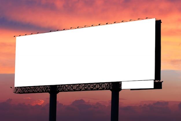 Cartelera en blanco lista para nuevo anuncio en cielo dramático de la puesta del sol con el fondo de las nubes