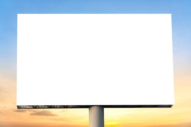 Cartelera en blanco con pantalla vacía y hermoso cielo nublado para cartel de publicidad exterior.