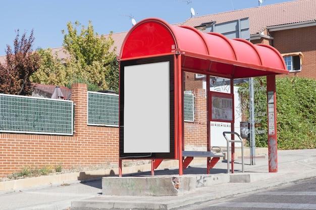 Cartelera en blanco en la parada de autobús por la carretera en la ciudad