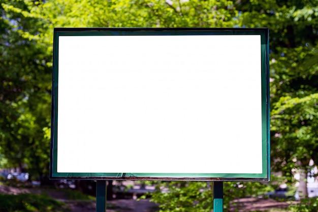 Cartelera en blanco en el parque