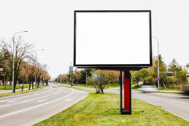 Cartelera en blanco para publicidad exterior en medio de la carretera.