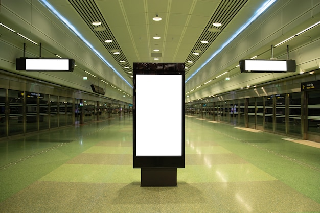 Cartelera en blanco simulacro de metro para mensaje de texto o contenido.