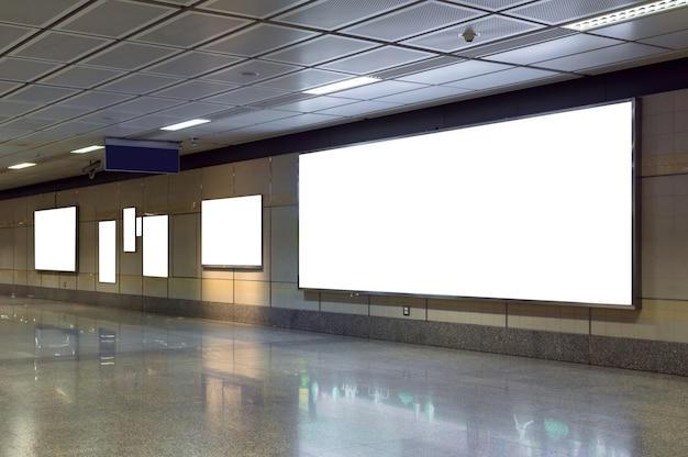 Cartelera en blanco ubicada en la sala o metro subterráneo para publicidad