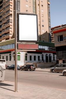 Cartelera de caja en blanco para el anuncio con soporte de poste en la calle