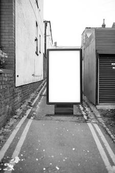 Cartelera de cartel en el fondo del callejón sucio de la ciudad. maqueta de cartelera de publicidad en blanco en la calle